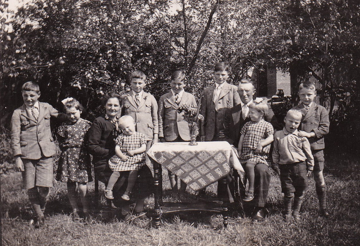 Heit-Mem-Bakker-with-9-Children-approx.-1937.