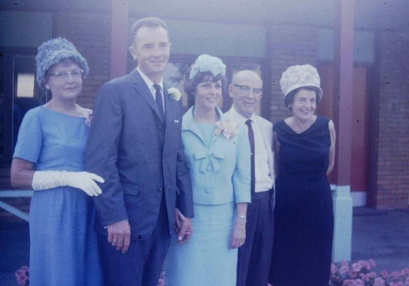 mom and dad wedding day family