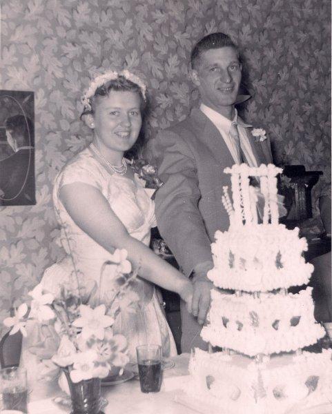 Ross Grace Wedding cutting the cake smilking