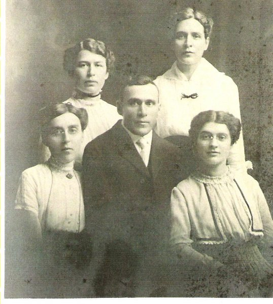 1910s-charlie-kerslake-josies-father-5-sisters-rhoda-back-alice-polly-etta