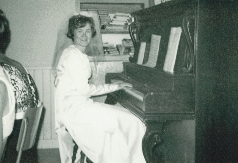 mum_playing_piano_wedding